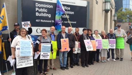Des membres à la retraite et des militantes et militants manifestent à Ottawa pour exiger un régime de retraite public bonifié et un service postal public amélioré.